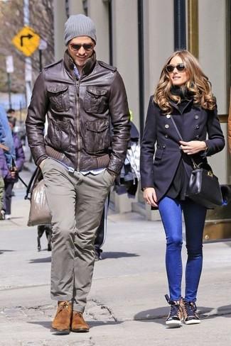 Как и с чем носить: темно-коричневый кожаный бомбер, серые брюки чинос, коричневые замшевые ботинки дезерты, серая шапка