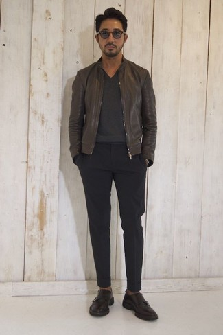 Как и с чем носить: темно-коричневый кожаный бомбер, темно-серый свитер с v-образным вырезом, черные брюки чинос, темно-коричневые кожаные монки с двумя ремешками