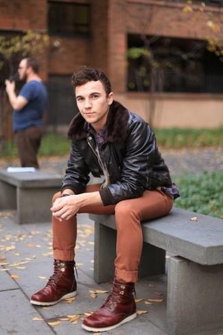 Как и с чем носить: темно-коричневый кожаный бомбер, темно-синяя рубашка с длинным рукавом в шотландскую клетку, табачные брюки чинос, темно-красные кожаные повседневные ботинки