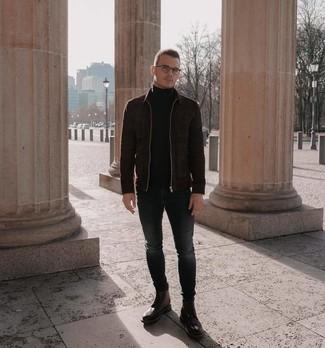Как и с чем носить: темно-коричневый замшевый бомбер, черная водолазка, темно-серые зауженные джинсы, коричневые кожаные ботинки броги