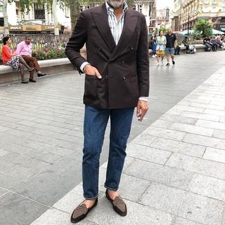 Темно-коричневый двубортный пиджак: с чем носить и как сочетать мужчине: Тандем темно-коричневого двубортного пиджака и темно-синих джинсов подойдет и для рабочего дня в офисе, и для вечера с друзьями. Этот образ получит свежее прочтение в тандеме с коричневыми замшевыми лоферами.