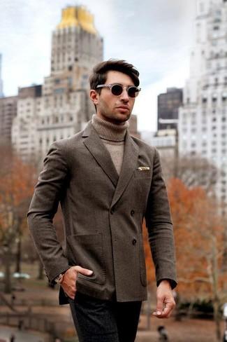 Как и с чем носить: темно-коричневый двубортный пиджак, светло-коричневая водолазка, черные шерстяные классические брюки, темно-коричневые солнцезащитные очки