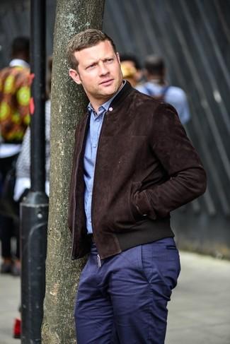 Как Dermot O'Leary носит Темно-коричневый замшевый бомбер, Голубая рубашка с длинным рукавом, Темно-синие брюки чинос