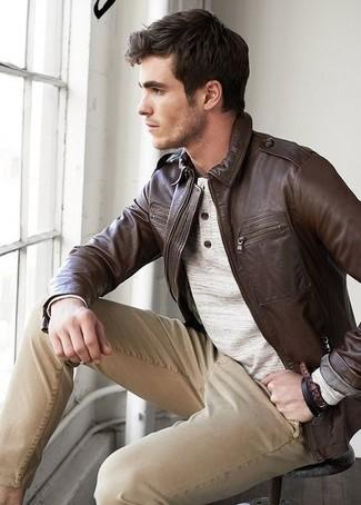 Как и с чем носить: темно-коричневый кожаный бомбер, бежевый лонгслив с горловиной на пуговицах, светло-коричневые брюки чинос