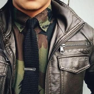 Как и с чем носить: темно-коричневый кожаный бомбер, оливковая рубашка с длинным рукавом с камуфляжным принтом, черный вязаный галстук