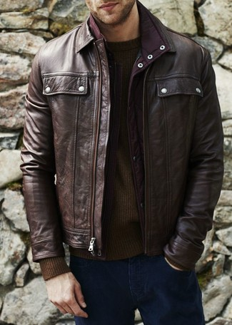 Как и с чем носить: темно-коричневый кожаный бомбер, темно-коричневый свитер с круглым вырезом, темно-синие джинсы