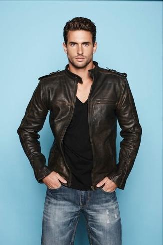 Как и с чем носить: темно-коричневый кожаный бомбер, черная футболка с v-образным вырезом, синие джинсы