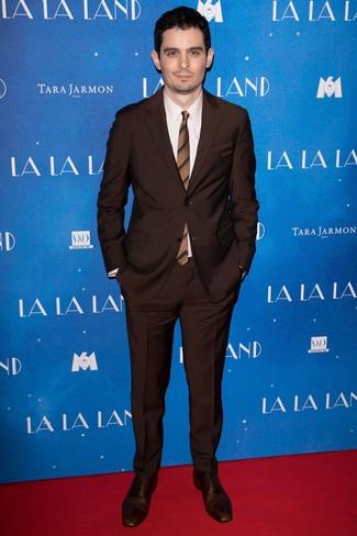 Как и с чем носить: темно-коричневый костюм, бежевая классическая рубашка, темно-коричневые кожаные оксфорды, коричневый галстук в горизонтальную полоску