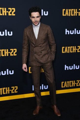 Как и с чем носить: темно-коричневый костюм, белая классическая рубашка в вертикальную полоску, коричневые кожаные ботинки челси