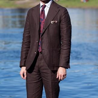Как и с чем носить: темно-коричневый костюм, белая классическая рубашка, красно-темно-синий галстук с принтом, бежевый нагрудный платок с принтом