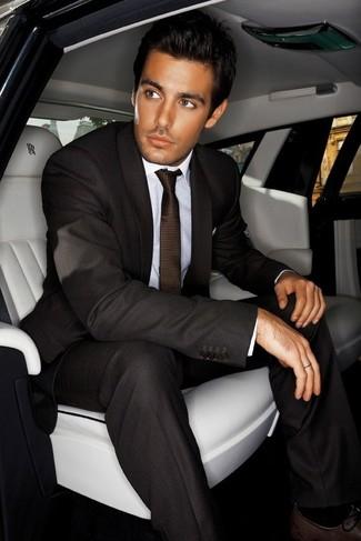 Как и с чем носить: темно-коричневый костюм, белая классическая рубашка, темно-коричневые кожаные оксфорды, темно-коричневый галстук