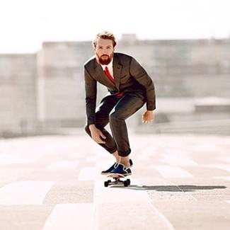 Как и с чем носить: темно-коричневый костюм, белая классическая рубашка, темно-синие эспадрильи из плотной ткани, красный галстук