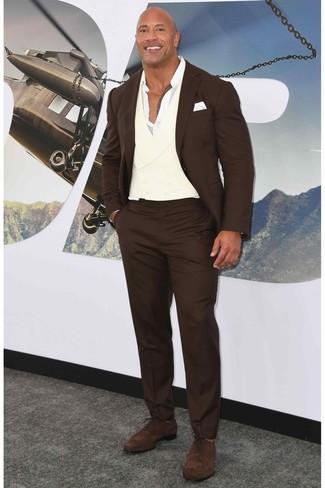 Как и с чем носить: темно-коричневый костюм, белая рубашка с длинным рукавом, темно-коричневые замшевые оксфорды, белый нагрудный платок