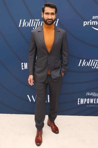 Как и с чем носить: темно-коричневый костюм в вертикальную полоску, оранжевая водолазка, коричневые кожаные классические ботинки