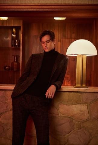 Как и с чем носить: темно-коричневый костюм в шотландскую клетку, черная водолазка