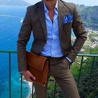 Как и с чем носить: темно-коричневый костюм, синяя классическая рубашка, табачный кожаный мужской клатч, синий нагрудный платок