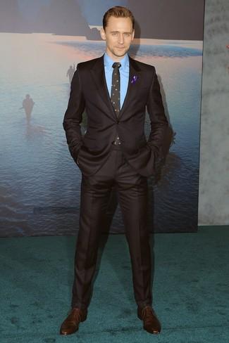 Как и с чем носить: темно-коричневый костюм, синяя классическая рубашка, темно-коричневые кожаные оксфорды, черный галстук с цветочным принтом