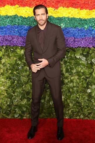 Как и с чем носить: темно-коричневый костюм, темно-коричневая классическая рубашка, черные кожаные ботинки челси со змеиным рисунком