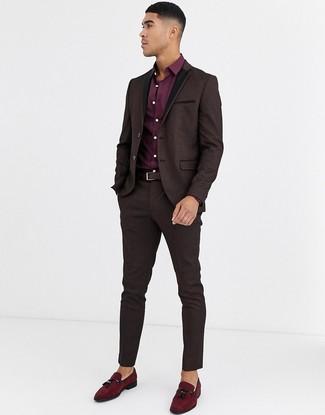 Как и с чем носить: темно-коричневый костюм из парчи, темно-красная классическая рубашка, темно-красные замшевые лоферы с кисточками, темно-коричневый кожаный ремень