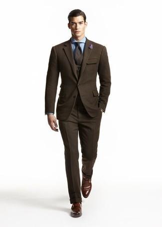 С чем носить голубую классическую рубашку мужчине: Несмотря на то, что этот ансамбль кажется довольно сдержанным, ансамбль из голубой классической рубашки и темно-коричневого шерстяного костюма-тройки всегда будет выбором стильных мужчин, непременно пленяя при этом дамские сердца. Чтобы добавить в лук толику расслабленности , на ноги можно надеть темно-коричневые кожаные монки.
