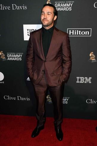 Как и с чем носить: темно-коричневый костюм, черная классическая рубашка, черные кожаные ботинки челси