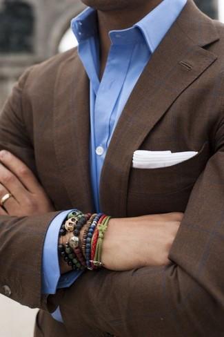 Модный лук: темно-коричневый пиджак в клетку, голубая классическая рубашка, белый нагрудный платок, оливковый браслет