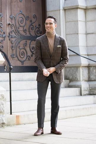 Как и с чем носить: темно-коричневый пиджак в шотландскую клетку, светло-коричневая водолазка, темно-серые шерстяные классические брюки, темно-коричневые кожаные ботинки челси