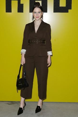Как и с чем носить: темно-коричневый пиджак, темно-коричневые широкие брюки, черные кожаные сабо, черная кожаная сумочка