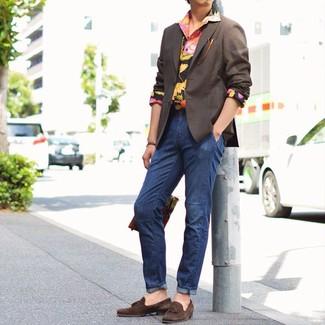 Как и с чем носить: темно-коричневый пиджак, черная рубашка с длинным рукавом с цветочным принтом, темно-синие джинсы, темно-коричневые замшевые лоферы с кисточками