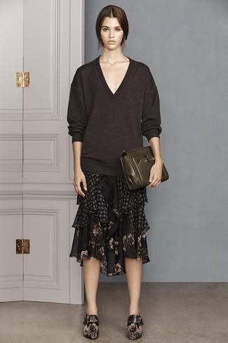 Как и с чем носить: темно-коричневый свитер с v-образным вырезом, черная шифоновая юбка-миди с цветочным принтом, черные кожаные ботильоны с цветочным принтом, темно-зеленый кожаный клатч