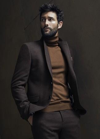 Как и с чем носить: темно-коричневый шерстяной костюм, коричневая водолазка, коричневый нагрудный платок с принтом