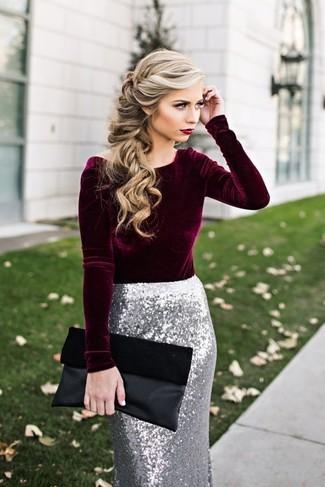 Как и с чем носить: темно-красная бархатная блузка с длинным рукавом, серебряная юбка-карандаш с пайетками, черный замшевый клатч