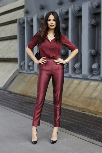 Как и с чем носить: темно-красная шелковая классическая рубашка, темно-красные шелковые классические брюки, черные туфли, черная сумочка