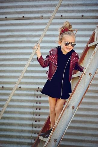 Как и с чем носить: темно-красная кожаная куртка, черное платье, черные кеды