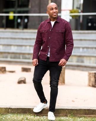 Мужские луки: Темно-красная куртка-рубашка и черные рваные зауженные джинсы — прекрасная формула для воплощения модного и простого ансамбля. Хотел бы сделать лук немного строже? Тогда в качестве обуви к этому луку, стоит выбрать бело-черные кожаные низкие кеды.
