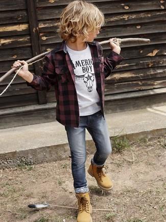 Как и с чем носить: темно-красная рубашка с длинным рукавом, белая футболка, серые джинсы, светло-коричневые ботинки