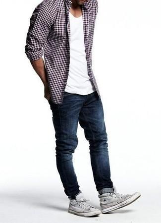 С чем носить белую футболку с круглым вырезом мужчине: Белая футболка с круглым вырезом выглядит прекрасно в паре с темно-синими джинсами. Поклонники незаезженных вариантов могут дополнить ансамбль серыми высокими кедами из плотной ткани.