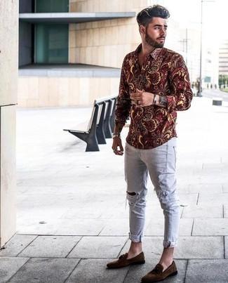 Как и с чем носить: темно-красная рубашка с длинным рукавом с цветочным принтом, серые рваные зауженные джинсы, темно-коричневые замшевые лоферы с кисточками, серебряный браслет