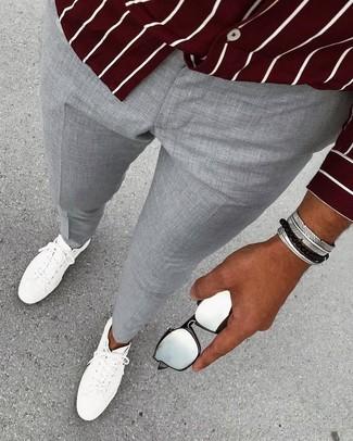 Как и с чем носить: темно-красная рубашка с длинным рукавом в вертикальную полоску, серые классические брюки, белые кожаные низкие кеды, серебряный браслет