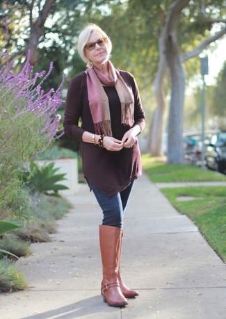 Как и с чем носить: темно-красная туника, темно-синие джинсы скинни, светло-коричневые кожаные сапоги, розовый шарф