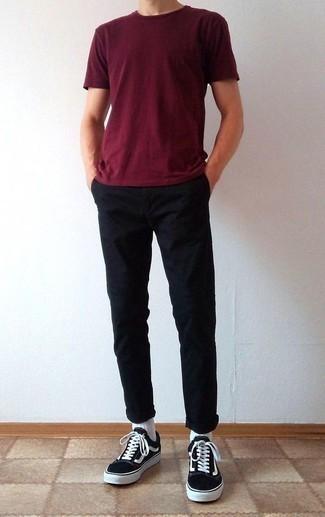 Черные брюки чинос: с чем носить и как сочетать: Темно-красная футболка с круглым вырезом в паре с черными брюками чинос — замечательный вариант для создания мужского ансамбля в стиле business casual. В паре с этим образом великолепно будут выглядеть черно-белые низкие кеды из плотной ткани.