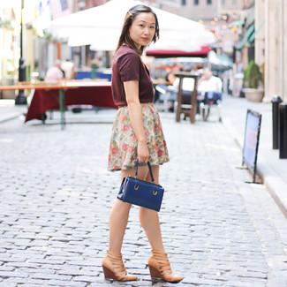 Как и с чем носить: темно-красная футболка с v-образным вырезом, белая мини-юбка с цветочным принтом, светло-коричневые кожаные босоножки на танкетке, темно-синяя кожаная сумочка