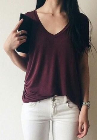 Как и с чем носить: темно-красная футболка с v-образным вырезом, белые джинсы скинни, серебряные часы
