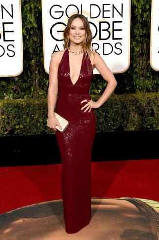 Как Olivia Wilde носит Темно-красное вечернее платье с пайетками, Золотой клатч с пайетками, Золотое колье