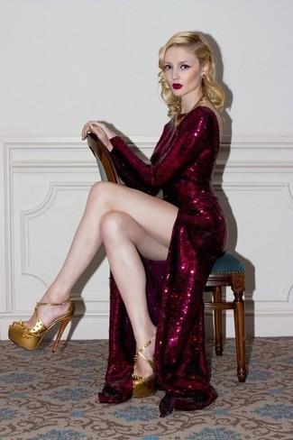 Модный лук: Темно-красное вечернее платье с пайетками, Золотые кожаные босоножки на каблуке, Золотое колье