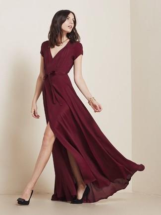 Модный лук: Темно-красное вечернее платье, Черные замшевые туфли, Золотой браслет