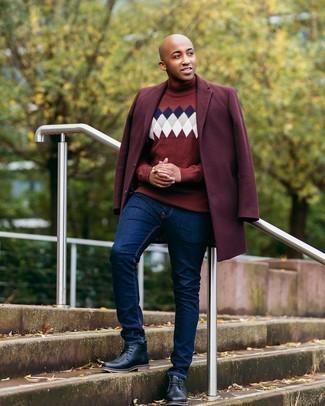 Мужские луки: Сочетание темно-красного длинного пальто и темно-синих джинсов может стать классным ансамблем для офиса.