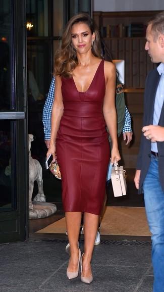 Как Jessica Alba носит Темно-красное кожаное платье-футляр, Розовые кожаные туфли, Розовая кожаная сумочка