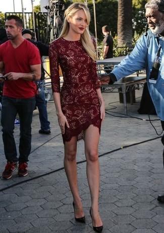 Как и с чем носить: темно-красное кружевное облегающее платье, темно-красные кожаные туфли