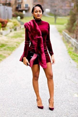 Как и с чем носить: темно-красное бархатное облегающее платье, темно-красные замшевые туфли, черный кожаный клатч, темно-красный меховой шарф